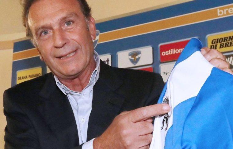 Massimo Cellino con la maglia del Brescia