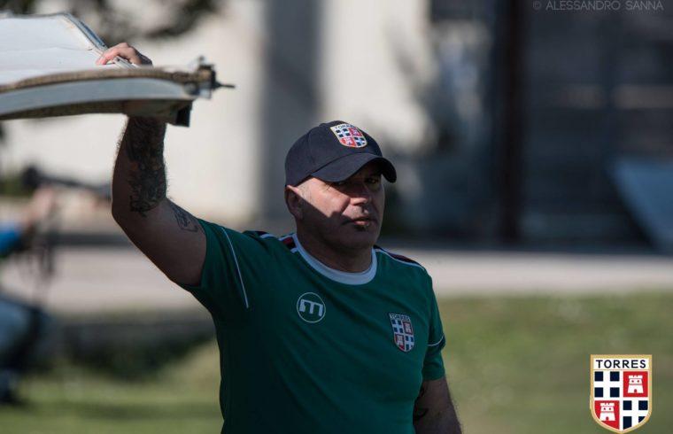 Tore Pinna in panchina con la Torres contro il Latina due anni fa (foto Alessandro Sanna)