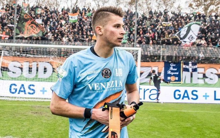 Guglielmo Vicario con la maglia del Venezia