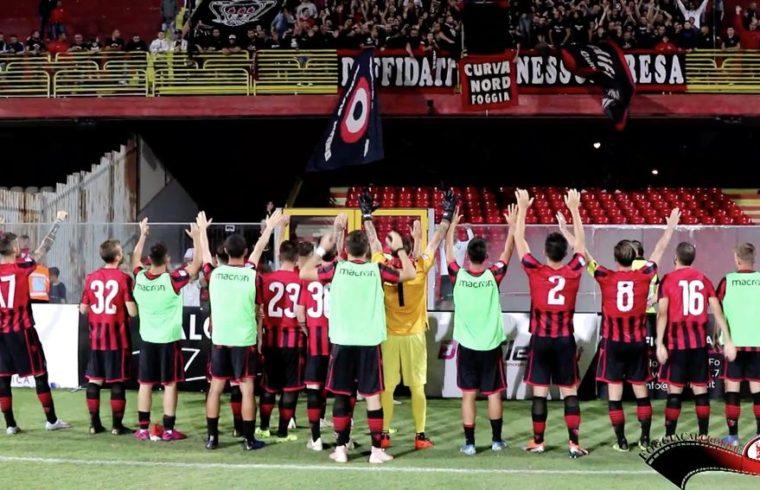 Un fermo immagine dell'esultanza dei calciatori del Foggia davanti agli ultras