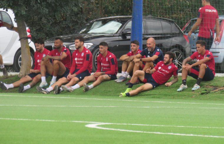 I calciatori del Cagliari assistono alla partita della Primavera