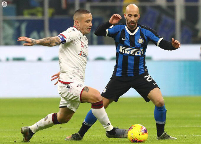 Nainggolan contro l'Inter in Serie A