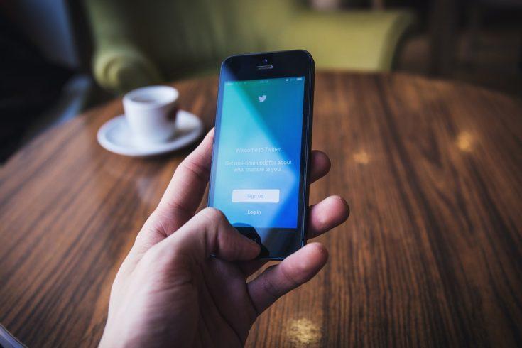 Un utente usa Twitter