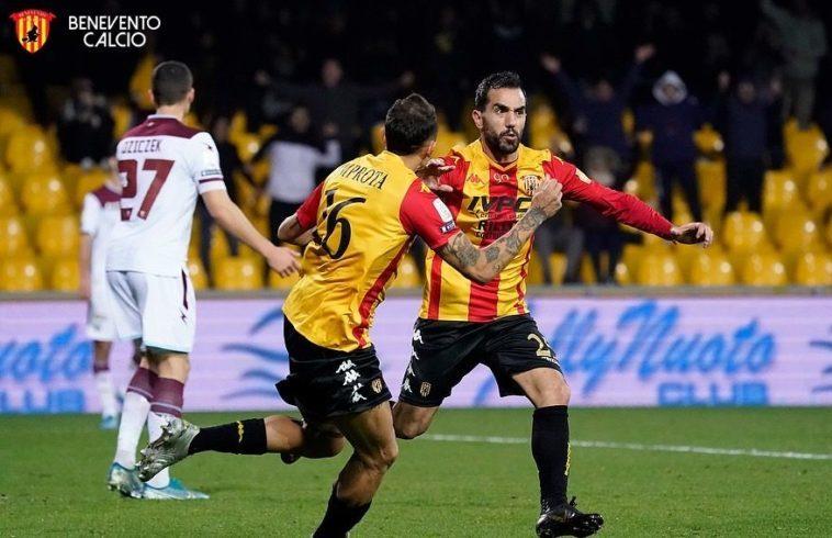 Marco Sau festeggia dopo il gol alla Salernitana