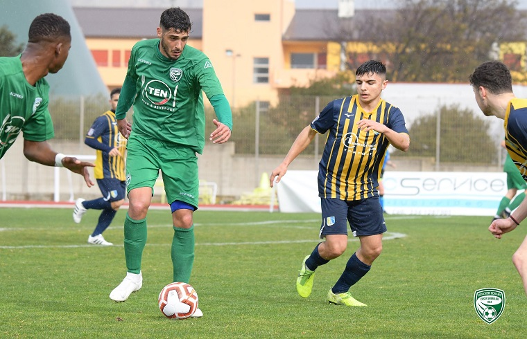 Un'azione del derby tra Arzachena e Muravera