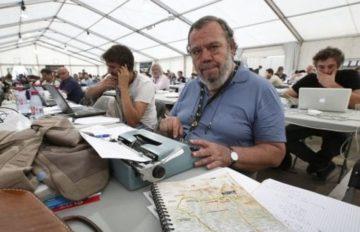 Gianni Mura al lavoro con la sua immancabile macchina da scrivere