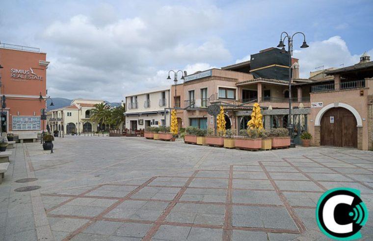 Una deserta piazza Generale Incani a Villasimius, il giorno di Pasquetta (foto Zuddas)