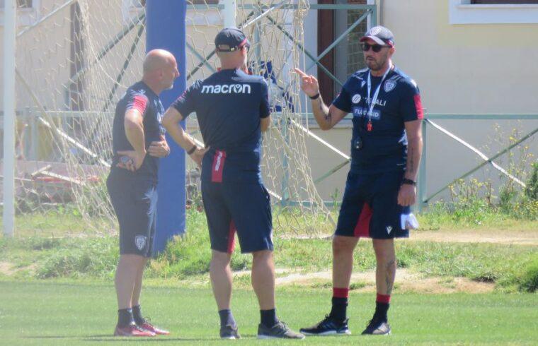 Il tecnico del Cagliari Walter Zenga a colloquio con i collaboratori Canzi e Vio