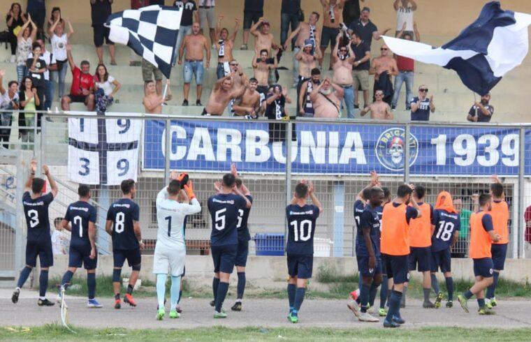 Il Carbonia saluta i tifosi dopo una vittoria | Foto Carbonia Calcio