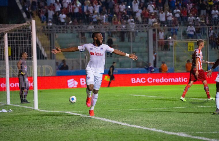 Benguché festeggia un gol col CD Olimpia