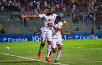Jorge Benguché festeggia un gol col CD Olimpia insieme a un compagno