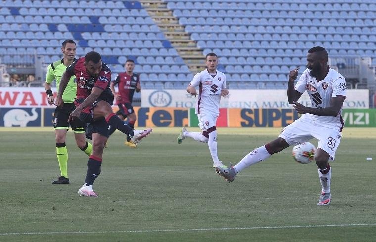 Joao Pedro al tiro in Cagliari-Torino