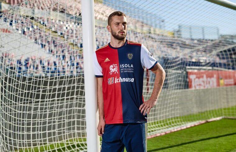Sebastian Walukiewicz presenta la nuova maglia del Cagliari   Foto Cagliari Calcio