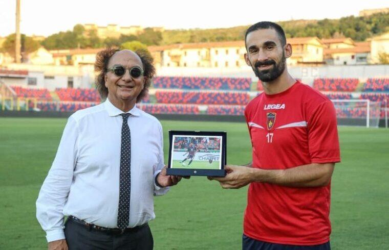 Riccardo Idda premiato dal presidente Guarascio per le 100 presenze in rossoblù | Foto Cosenza Calcio