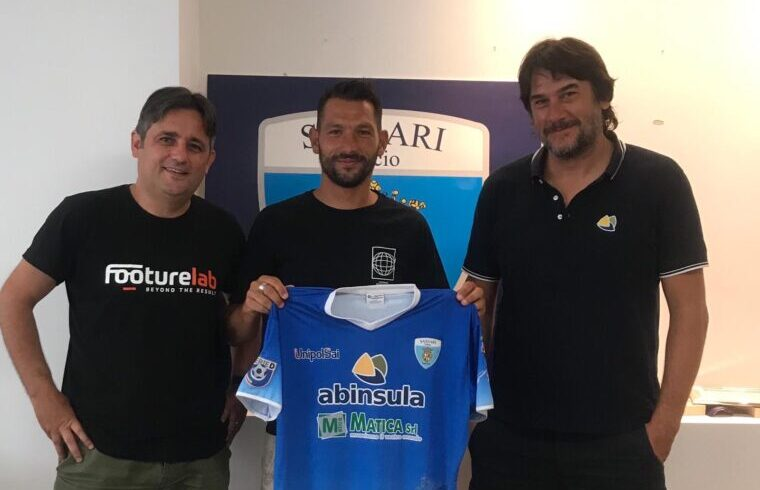 Il forte attaccante Gigi Scotto al momento della firma per il club biancoceleste