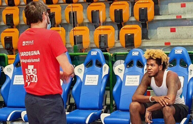 Pozzecco a colloquio con Justin TIllman   Foto Dinamo Sassari