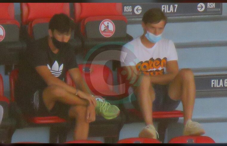 I fratelli Lisandru (a sx) e Matteo Tramoni sugli spalti della Sardegna Arena