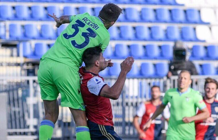 Simeone contro Acerbi in Cagliari-Lazio   Foto Emanuele Perrone