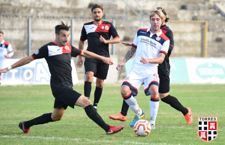 Andrea De Iulis contro il Monterosi | Foto Alessandro Sanna - Torres Calcio