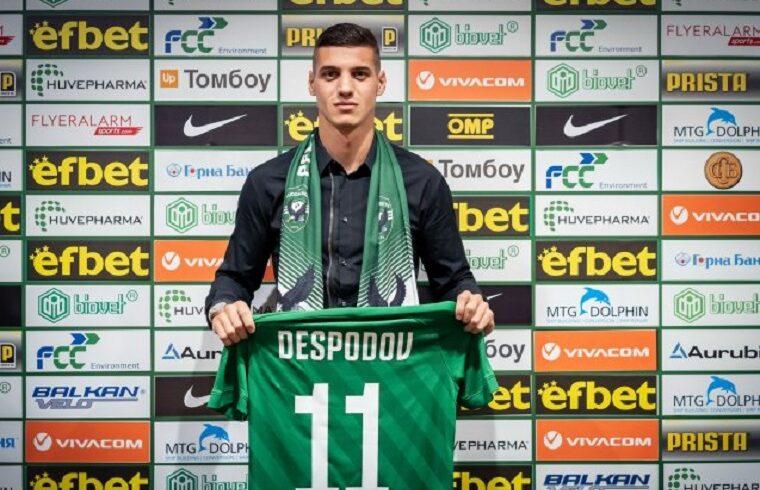 Kiril Despodov posa con la nuova maglia del Ludogorets
