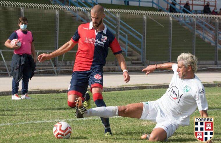 Rutjens contro Bonacquisti in Torres-Arzachena | Foto Alessandro Sanna - Torres Calcio