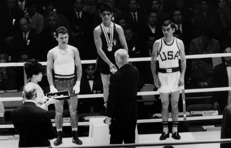 Atzori sul gradino più alto del podio a Tokyo 1964