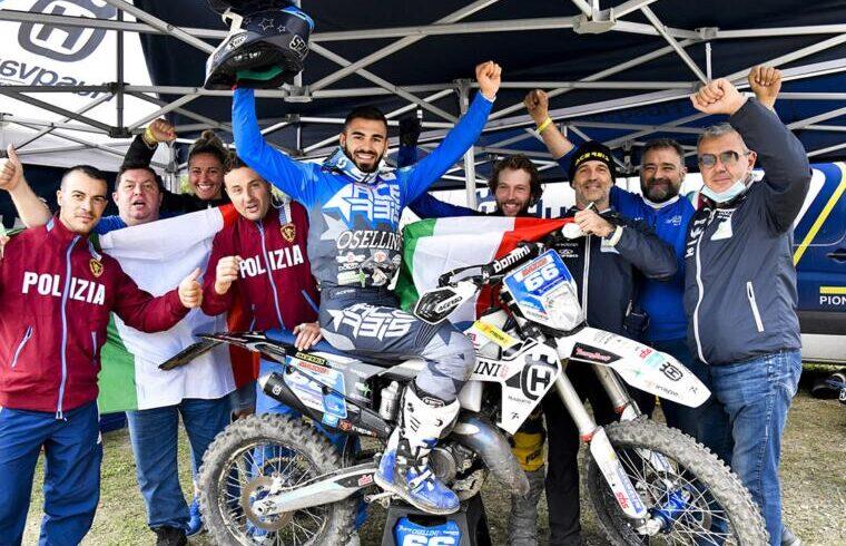 Claudio Spanu festeggia il titolo col team Osellini | Foto Dario Agrati