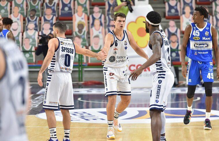 Filip Kruslin festeggia con Spissu e Burnell | Foto Luigi Canu