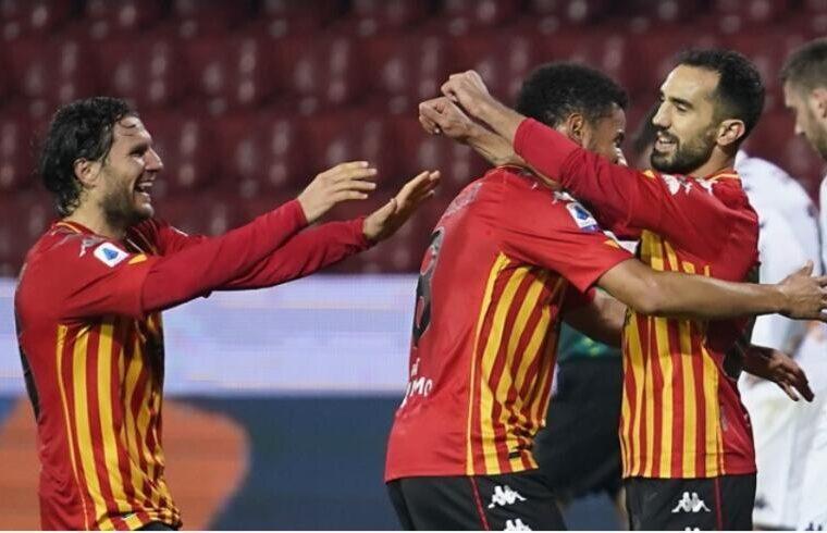 Marco Sau festeggia con i compagni il gol