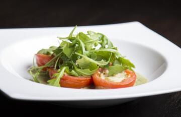 piatto con pomodorini e rucola