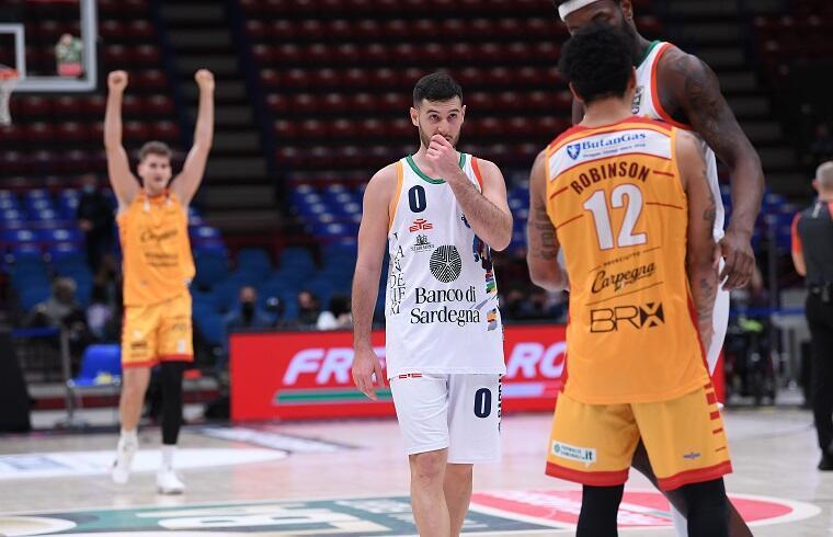 La delusione di Marco Spissu dopo il KO con Pesaro | Foto Luigi Canu
