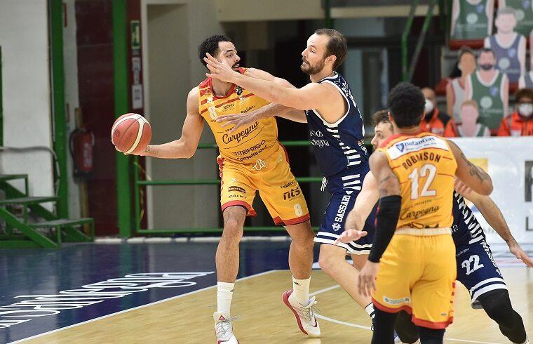 Tyler Cain contro Miro Bilan in Dinamo-Pesaro | Foto Luigi Canu