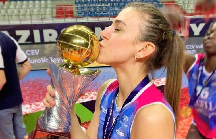 Alessia Orro festeggia con la CEV Cup