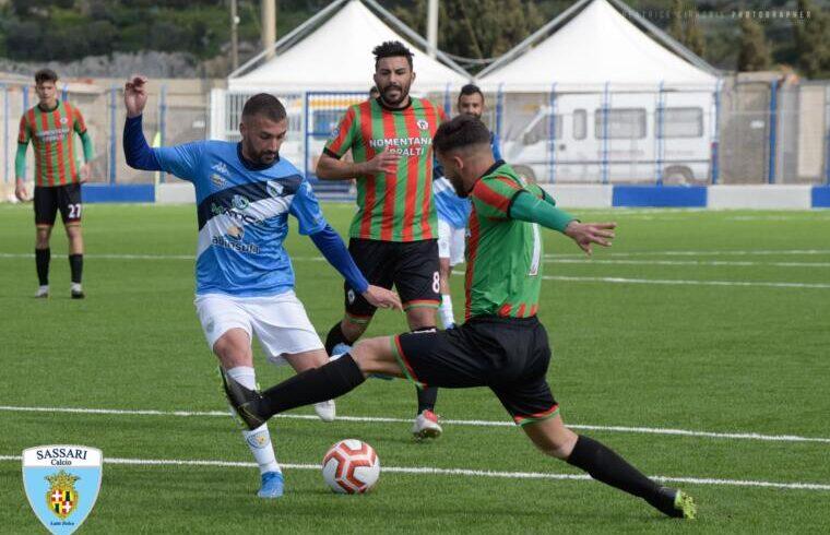 L'attaccante Paolo Palmas in azione contro la Vis Artena | foto di Alessandro Sanna