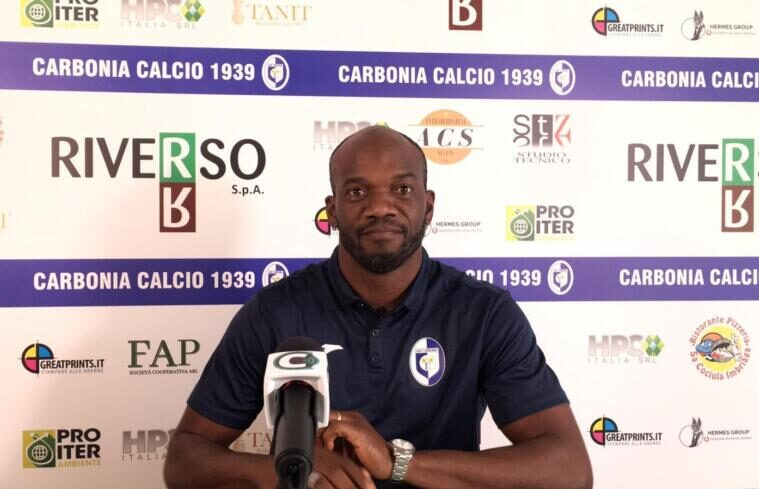 La presentazione di David Suazo come allenatore del Carbonia | Foto Centotrentuno