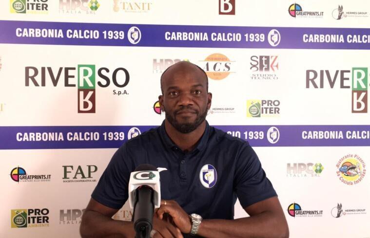 La presentazione di David Suazo come allenatore del Carbonia | Foto Centotrentuno