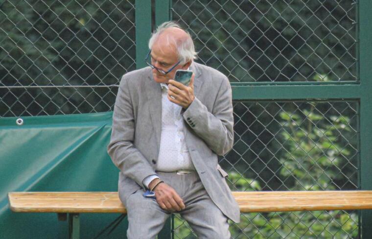 Il direttore sportivo del Cagliari, Stefano Capozucca sul campo di Celledizzo
