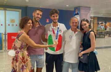 Stefano Oppo al ritorno da Tokyo con la famiglia
