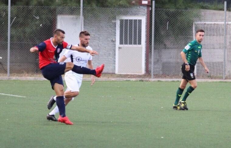 Gigi Scotto in azione contrastato da Rossi | Foto Muravera Calcio