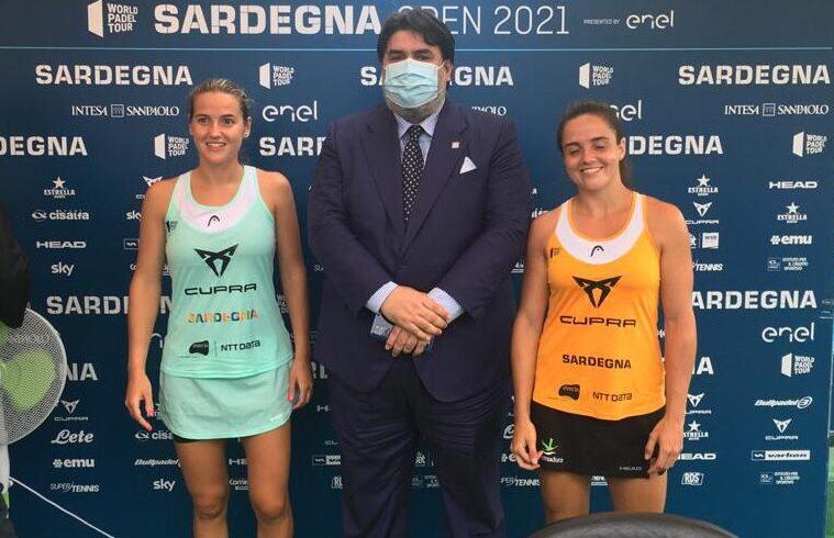 Il presidente della Regione Sardegna Christian Solinas posa insieme alle spagnole Sanchez e Martin